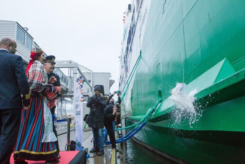 Peaminister jättis laeva ristimise kõned kahe blondi ministri pidada