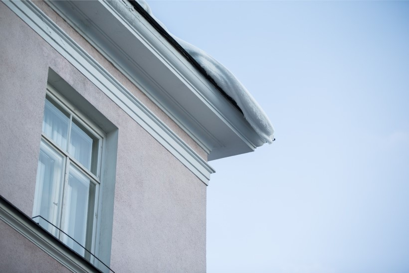 Viie päevaga vigastas katuselt langenud lumi Tallinnas 7 sõidukit