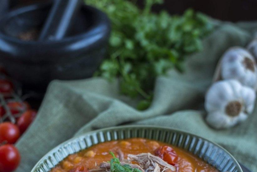 SOOJENDAV SUPP PÜHAPÄEVAKS: Kergelt vürtsine tomati-kikerhernesupp rebitud sealihaga