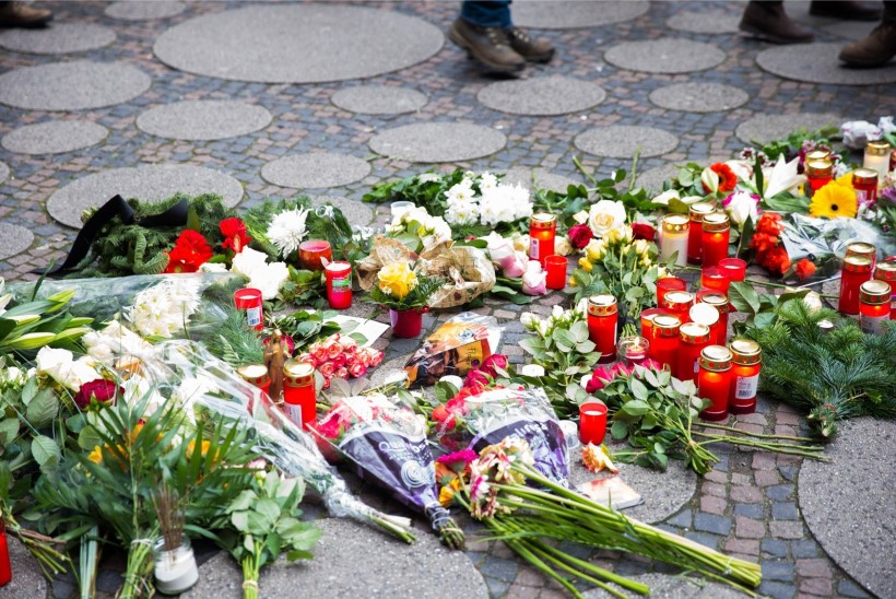 ÕHTULEHT BERLIINIS | VIDEO: leinajad toovad hukkunute mälestuseks lilli ja küünlaid, kirikus peetakse mälestusteenistusi