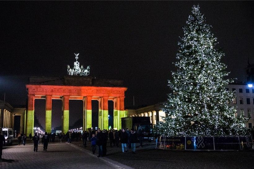 ÕHTULEHT BERLIINIS | ÕHTUNE GALERII: lipuvärvides Brandenburgi värav ja lõputu küünlameri