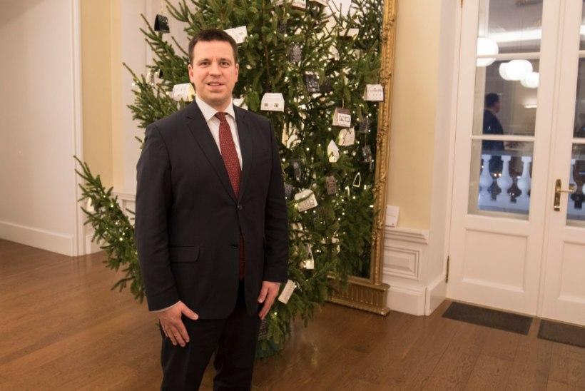 ÕHTULEHE JÕULUVIDEO | Millist vahvat luuletust loeb jõulutaadile peaminister?