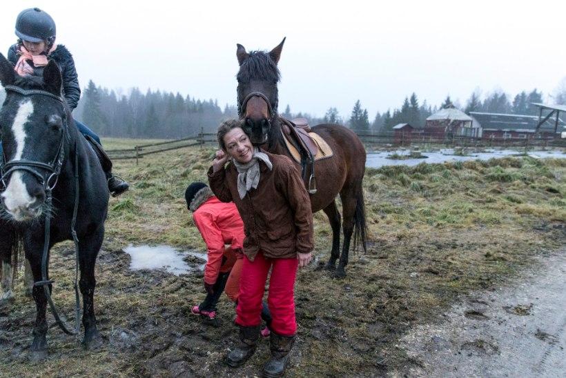 GALERII | Nõiad tegid Kati Saara Vatmanni juures pööripäeva riituseid