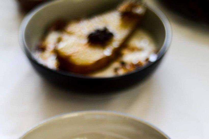 Vürtsine maitseelamus aasta viimaseks õhtuks: pošeeritud pirnid