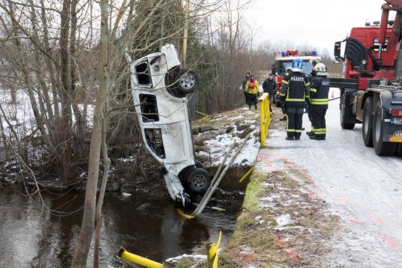 Jäine suplus: klaassiledal teel juhitavuse kaotanud auto maandus katusel otse jõkke