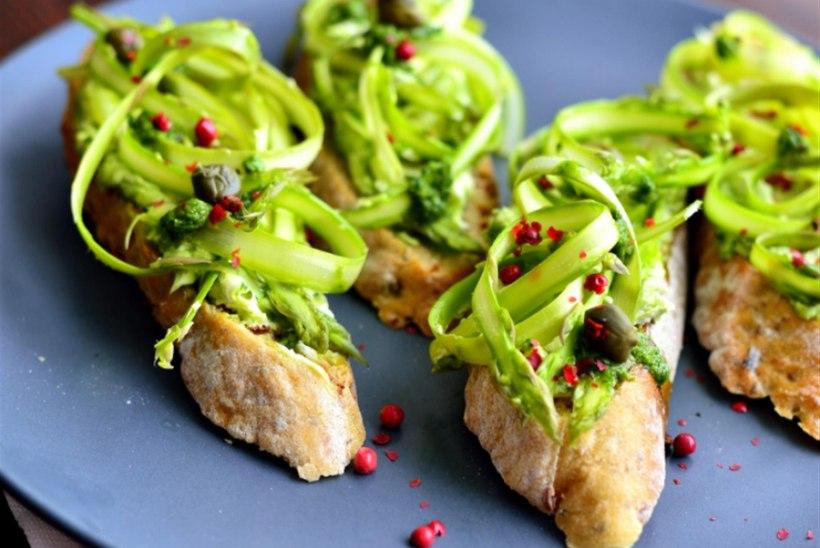 Spargli, mascarpone ja salsa verdega suupistesaiad