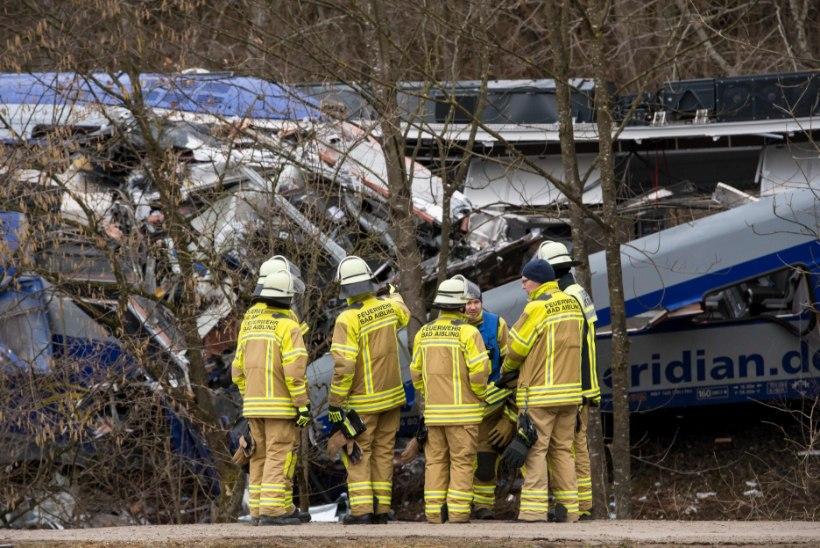 UUED FOTOD SÜNDMUSKOHALT | Baieri politsei: rongiõnnetuse põhjustas inimlik eksimus