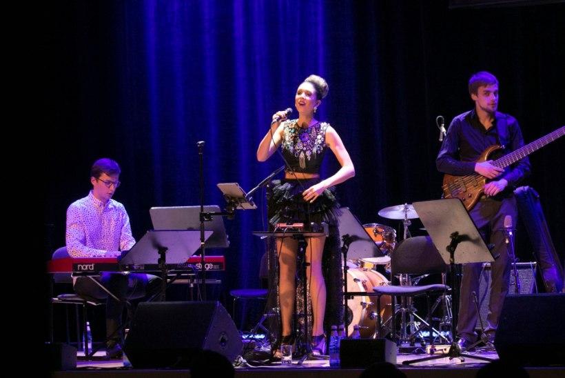 Laura teeb Marju Kuudile muusikalise kummarduse