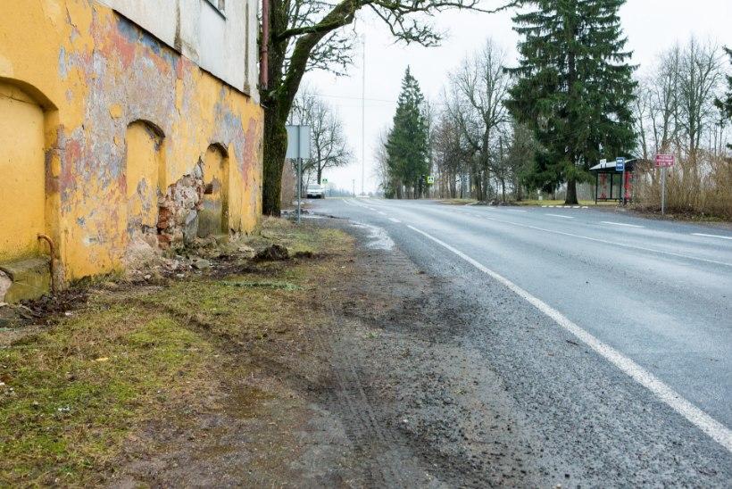 FOTOD | Auto põrutas otse vastu maja