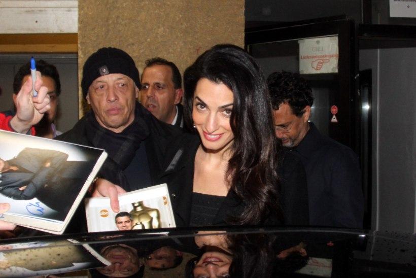 PILTUUDIS | Amal Clooney välgutas trimmis kõhtu