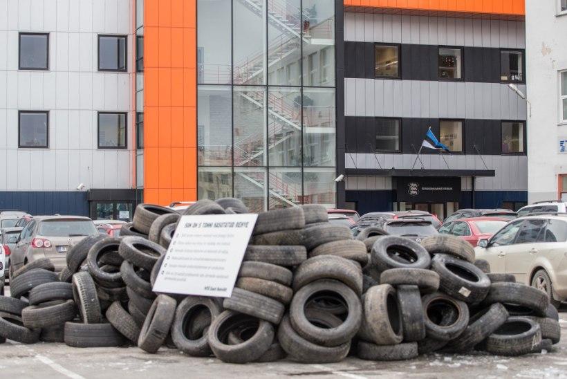 ÕHTULEHE VIDEO JA GALERII   Rehviliit kallas keskkonnaministeeriumi hoovile viis tonni kasutatud rehve