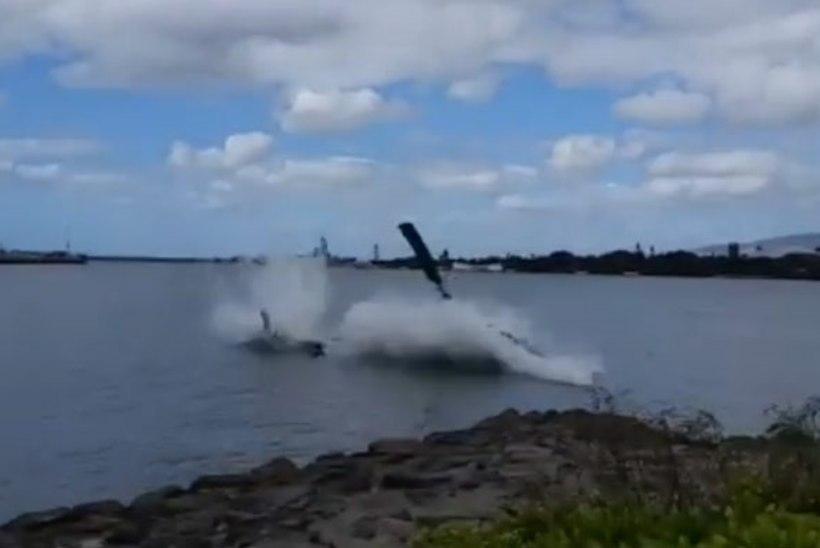 VIDEO | Hawaiil Pearl Harboris kukkus kopter alla