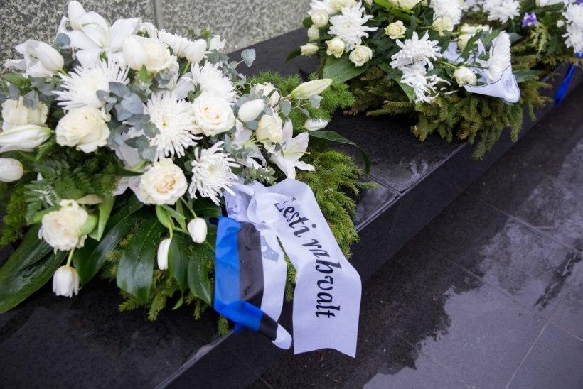 FOTOD | Peaminister Rõivas asetas Tartu rahu 96. aastapäeva puhul pärja Vabadussõja võidusamba jalamile