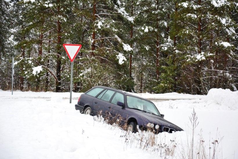 FOTOD | BMW põrutas Viljandimaal kraavi