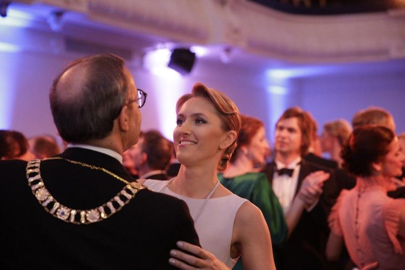 FOTOD | Presidendipaar tantsis oma esimese presidendiballi valsi