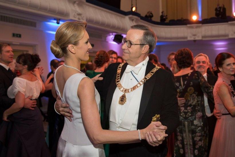 ÕHTULEHE VIDEO | SÜDAMLIKKUSEST TULVIL: vaata, kuidas armunud presidendipaar ballil tantsu lõi!
