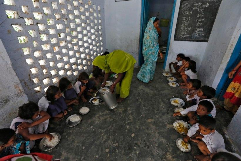 Indias sattus 97 koolisööklas einestanud õpilast haiglasse
