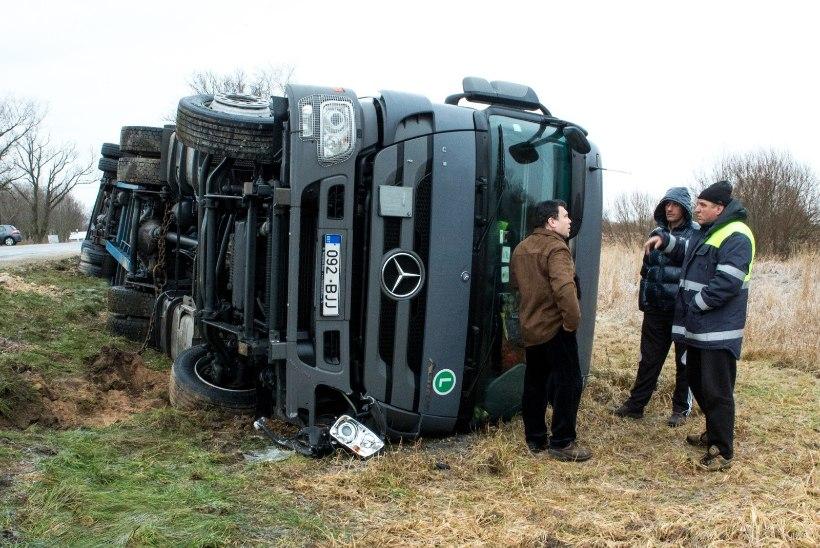 FOTOD   Jõhvi-Tartu maanteel libises kraavi bulgaarlaste veok