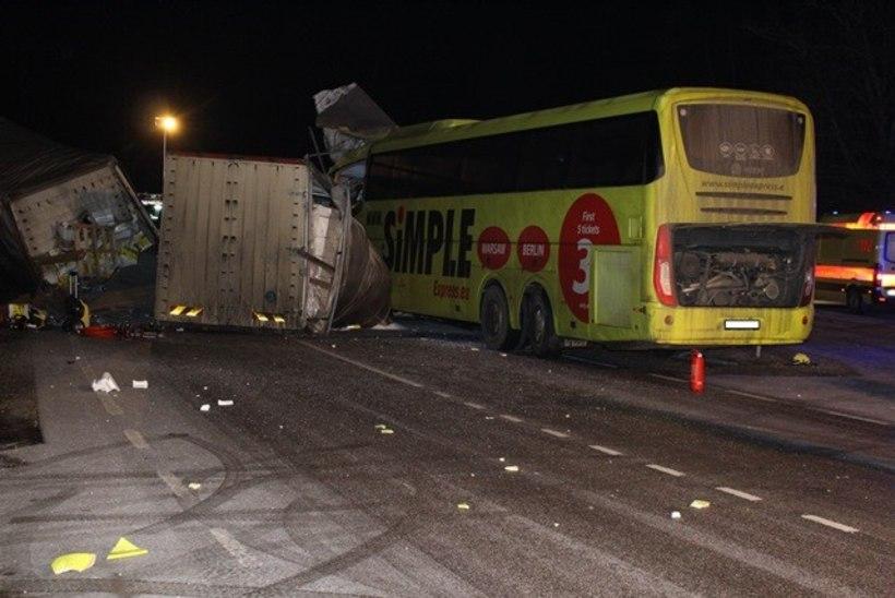 FOTOD | Ida-Virumaal hukkus raskes liiklusõnnetuses bussijuht, vigastada sai 13 inimest