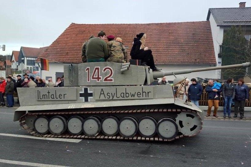 Saksa linnakese karnevalirongkäiku tuldi pagulasvastase tankiga