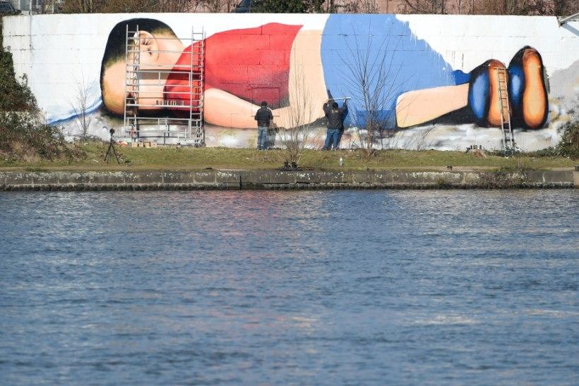 PILTUUDIS   Saksa tänavakunstnikud joonistasid hukkunud pagulaslapse hiigelportree