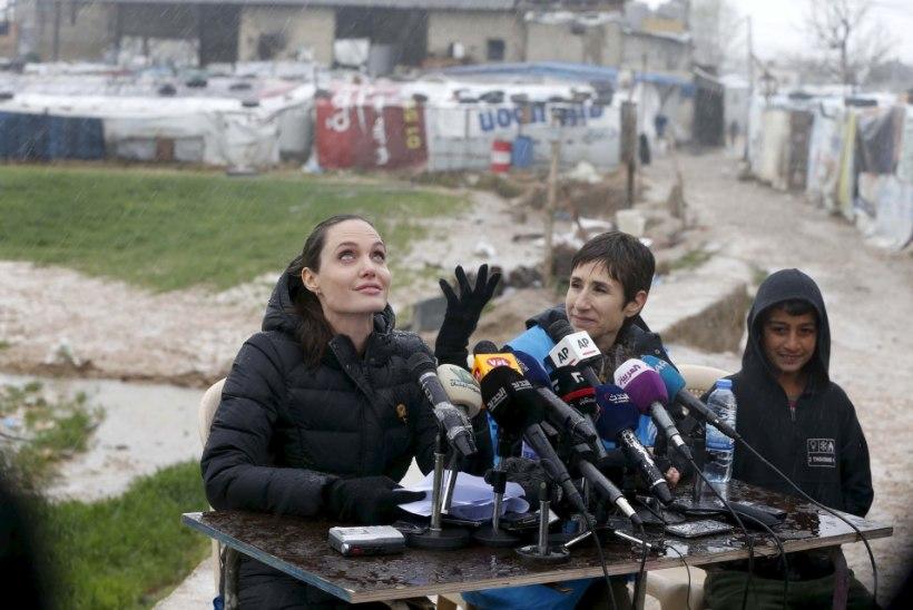GALERII | Angelina Jolie trotsis põgenike juures vihma ja pori