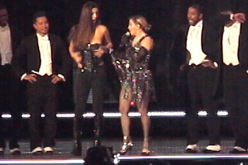 Madonna rebis 17aastase fännitari rinna paljaks