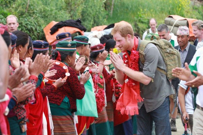 GALERII | tuhandete naiste ihaldusobjekt prints Harry tutvub Nepali traditsioonidega
