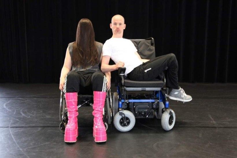 Vabal Laval astub lavale tantsiv ratastoolis mees