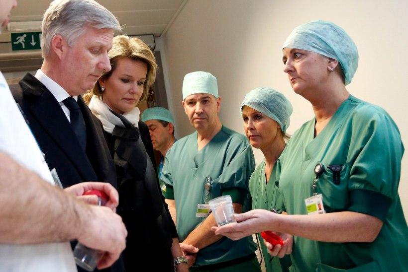 ÕÕVASTAVAD PILDID | Kirurg näitab Belgia kuningale Brüsseli terroriohvrite kehast leitud pommikilde