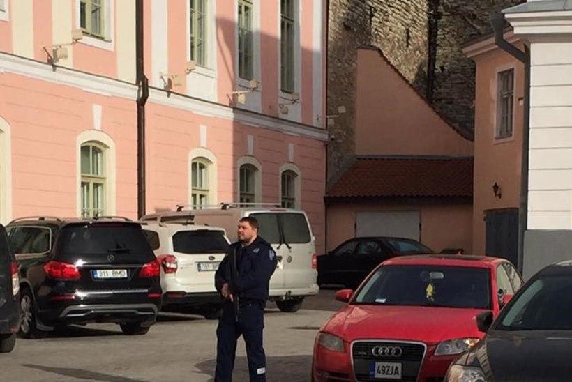 Presidendilossi ja riigikogu valvas automaadiga relvastatud politseinik