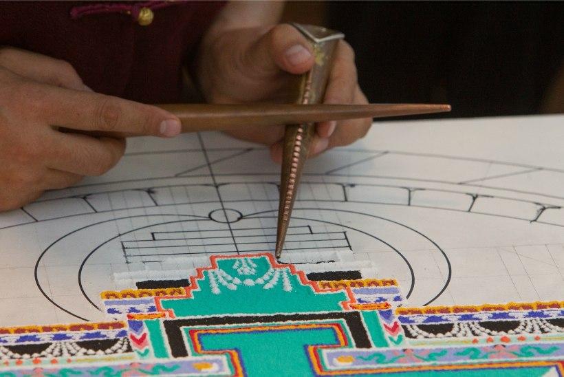 GALERII | Tiibeti laamad teevad Kullo lastegaleriisse ravimandala