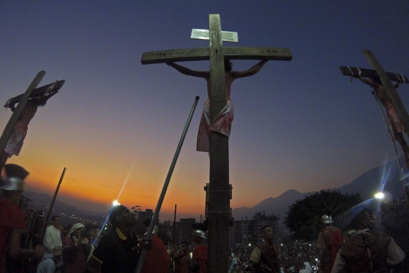 VIDEO | Guatemalas kukkus Jeesust kehastanud näitleja ristilt alla