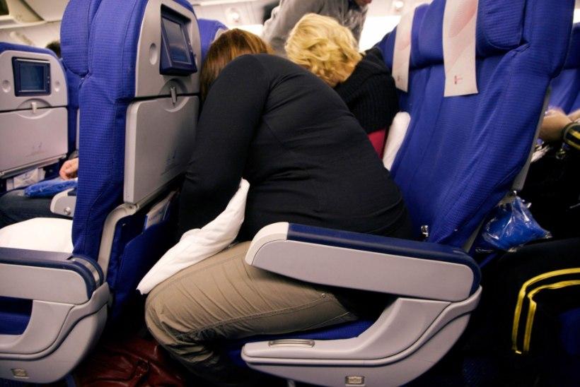 Pane või jalad kaela taha: lennukite istmevahed jäävad üha kitsamaks