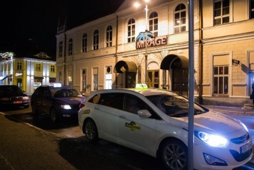 Pärnumaal taksojuhi mõrvamises kahtlustatavad noormehed toodi Eestisse ja jäeti vahi alla
