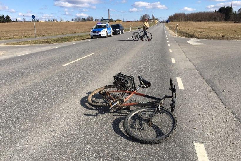 FOTOD SÜNDMUSKOHALT | Purjus jalgrattur põrkas Türil autoga kokku