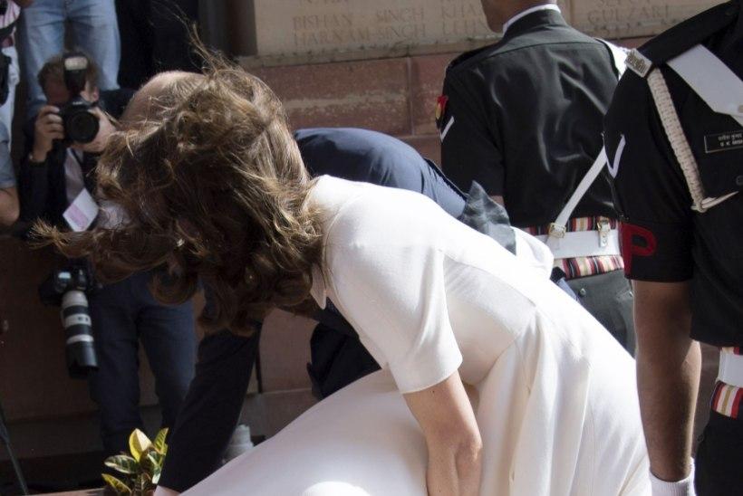 FOTOD | Hertsoginna Catherine jätkab India-visiiti: sinisele kleidile järgnes vallatu valge