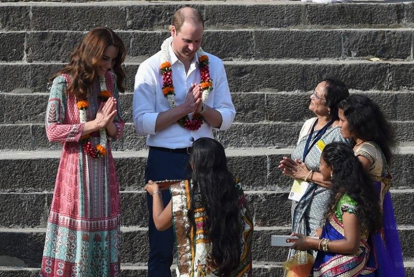 FOTOD | Prints William ja Hertsoginna Catherine lustisid Mumbais lastega palli mängides