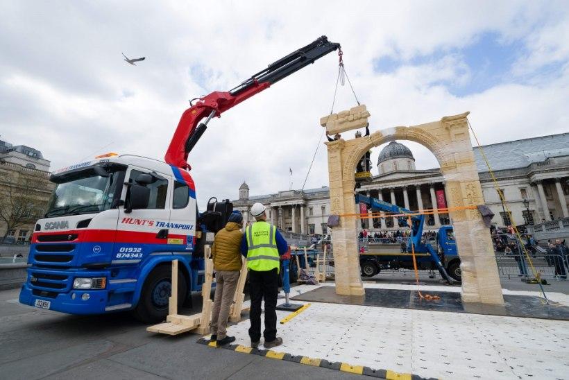 GALERII   Arheoloogid püstitasid Londonisse islamiterroristide hävitatud Palmyra võidukaare mudeli