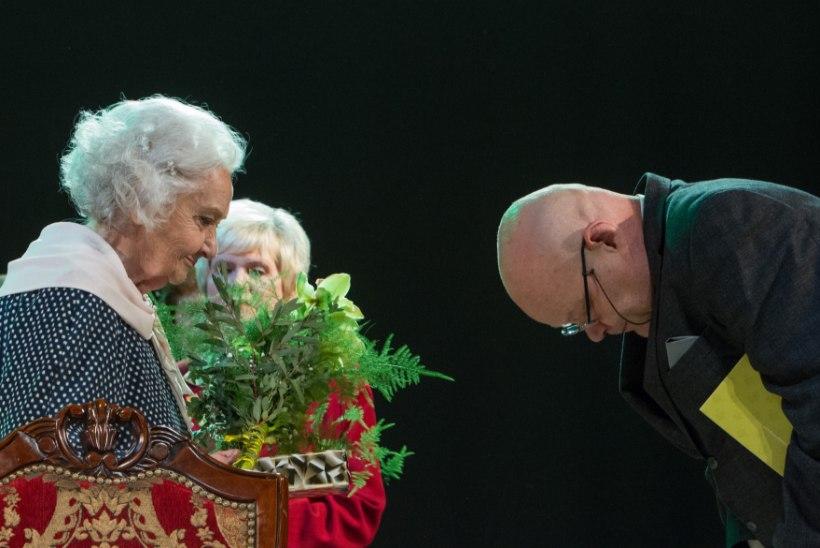 GALERII | SÜDAMLIK TEATRIPIDU: Draamateatris 85. sünnipäeva tähistanud Ita Ever pidas publikut pisarateni liigutanud kõne ja vihtus väsimatult tantsu!