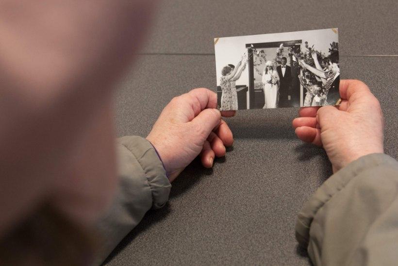 MÜSTILINEFOTO: naine avastas vanu pilte sorteerides, et oli enese teadmata oma tulevase kasutütre pulmas!