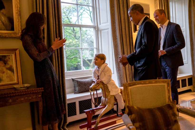 FOTOD | Briti pisiprints tänas Obamat, kes talle ligi kolm aastat tagasi kiikhobuse kinkis