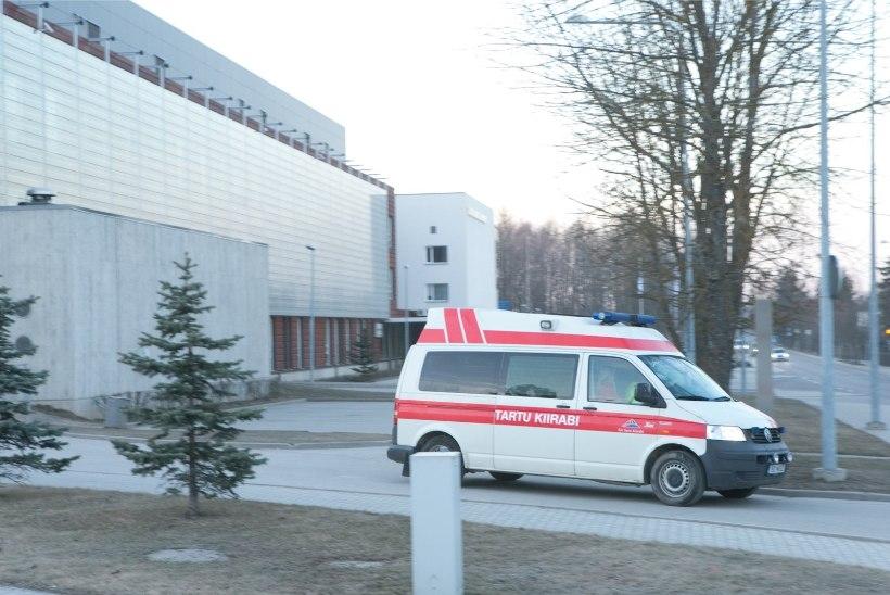 AVARII VALGAMAAL: seni tuvastamata juht sõitis vastu puud, neli noort inimest viidi haiglasse