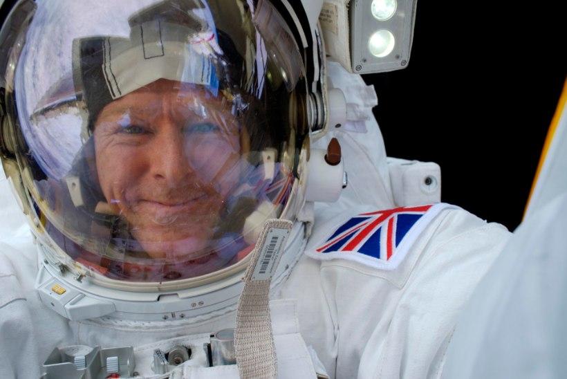 Astronaut juhib Maal tegutsevat robotit