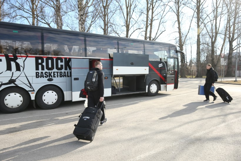 FOTOD | Kas sihtpunktis tuleb võit? TÜ/Rock alustas mugava bussiga teed otsustavale Balti liiga finaalmängule!