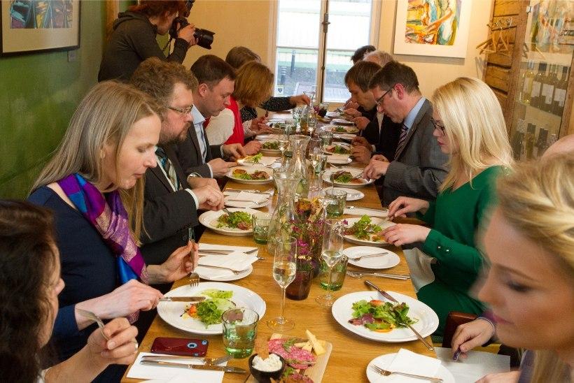GALERII | Briti saatkond pakkus külalistele õhtusööki jaekaubandusketi viimase müügikuupäevaga toidust
