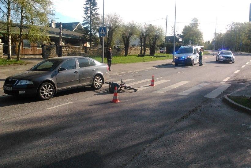 Rattaga ülekäigurajale sõitnud laps jäi auto alla