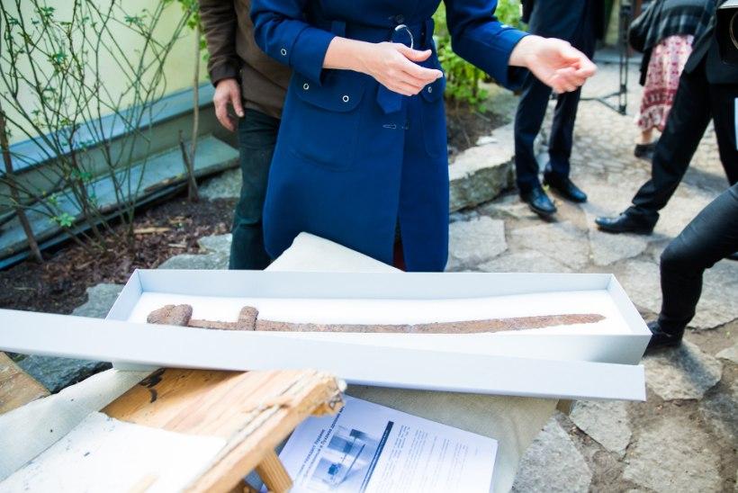 GALERII | Eesti andis Ukrainale pidulikult üle märtsis Eesti-Vene piiril konfiskeeritud viikingiaegse mõõga