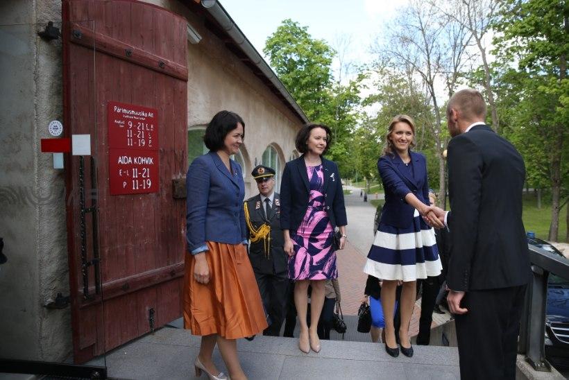 GALERII I ESILEEDIDE PÄEV: Ieva Ilves ja Jenni Haukio külastavad Pärimusmuusika keskust ja sõitsid siis koos presidentidega Ärmale