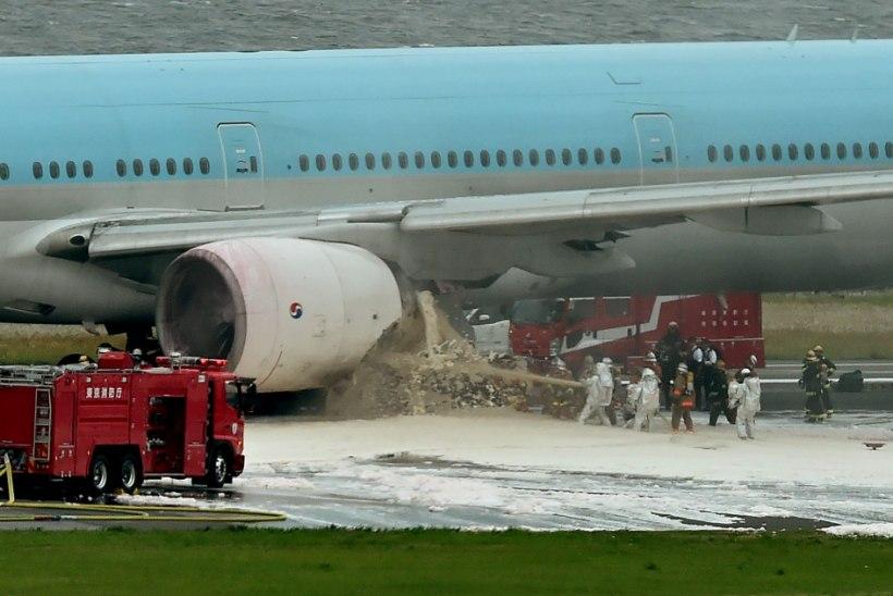 FOTOUUDIS | Tokyo lennuväljal süttis lennukil mootor põlema